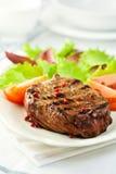 Bife grelhado com pimenta cor-de-rosa imagem de stock
