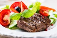 Bife grelhado com salada fotos de stock