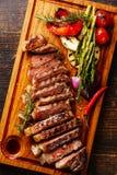 Bife grelhado cortado Striploin e vegetais foto de stock