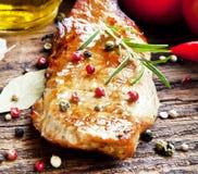 Bife grelhado da carne de porco com alecrins e vegetais Imagem de Stock Royalty Free