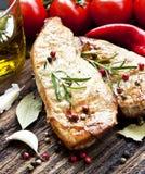 Bife grelhado da carne de porco com alecrins e vegetais Foto de Stock Royalty Free