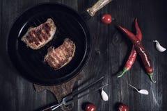 Bife grelhado da carne de porco na bandeja fotos de stock royalty free