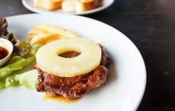 Bife grelhado da galinha com abacaxi Fotos de Stock