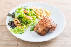 bife grelhado da galinha com salada do batatas fritas e a vegetal foto de stock