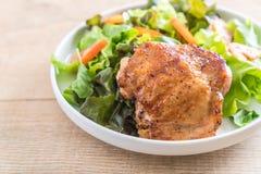 Bife grelhado da galinha com salada vegetal fotos de stock royalty free