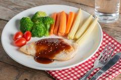 Bife grelhado da galinha no molho e no vegetal do BBQ Imagens de Stock