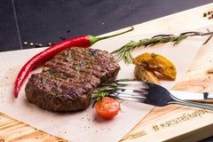 Bife grelhado da vitela com vegetais em uma placa foto de stock