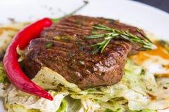 Bife grelhado da vitela com vegetais em uma placa Fotografia de Stock