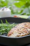 Bife grelhado do peito de frango com rúcula na grade da bandeja do Teflon imagens de stock