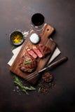 Bife grelhado do ribeye com vinho tinto fotografia de stock