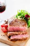 Bife grelhado do ribeye servido com salada saudável Fotografia de Stock