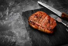 Bife grelhado do rolo do mandril em um fundo de pedra foto de stock royalty free