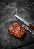 Bife grelhado do rolo do mandril em um fundo de pedra imagem de stock royalty free
