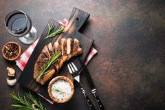 Bife grelhado do striploin da carne com vidro de vinho tinto imagens de stock