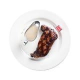 Bife grelhado em uma placa (fundo branco) Imagem de Stock