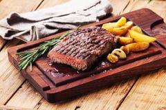 Bife grelhado raro médio cortado Ribeye fotos de stock royalty free