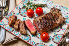 Bife grelhado raro médio cortado Ribeye fotografia de stock