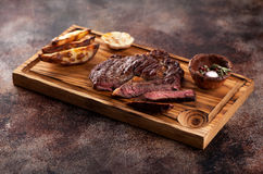 Bife grelhado raro médio cortado Ribeye fotos de stock