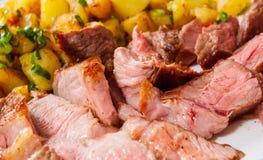Bife grelhado raro médio cortado Ribeye com batata fotos de stock royalty free