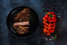Bife grelhado raro médio cortado Ribeye na placa fotos de stock