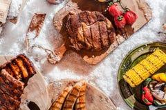 Bife grelhado saboroso, reforços e salsichas fotos de stock royalty free