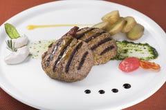 Bife hamburguês grelhado gourmet com batatas caçadas 2 Fotografia de Stock Royalty Free