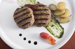 Bife hamburguês grelhado gourmet com batatas caçadas 10 Fotografia de Stock