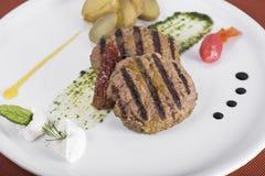 Bife hamburguês grelhado gourmet com batatas caçadas 3 Fotos de Stock Royalty Free