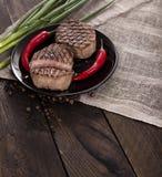 Bife na tabela de madeira Fotos de Stock