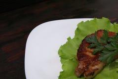 Bife nas folhas da alface Imagem de Stock