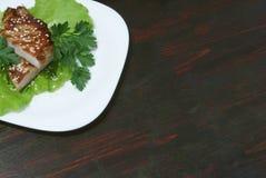 Bife nas folhas da alface imagem de stock royalty free