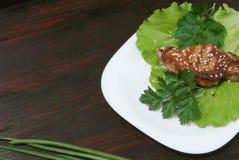 Bife nas folhas da alface fotografia de stock royalty free