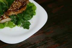 Bife nas folhas da alface fotografia de stock