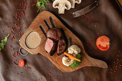 Bife no restaurante na tabela foto de stock royalty free