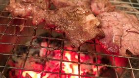 Bife que cozinha sobre grade flamejante Fotografia de Stock Royalty Free