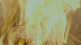 Bife que desliza na grade com fogo mo lento vídeos de arquivo