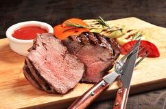 Bife raro médio do mignon de faixa na placa de madeira, foco selecionado Imagens de Stock Royalty Free
