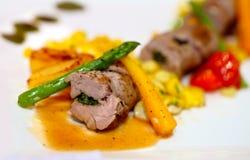 Bife Rolls com os vegetais no prato branco Imagens de Stock Royalty Free