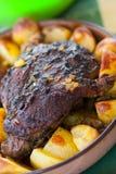 Bife saboroso do cordeiro com potatos Imagem de Stock