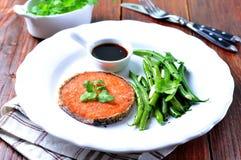 Bife Salmon com feijões verdes, alho, sésamo preto e molho de soja Foco seletivo Foto de Stock Royalty Free