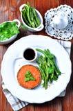 Bife Salmon com feijões verdes, alho, sésamo preto e molho de soja Foco seletivo Imagens de Stock