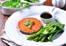 Bife Salmon com feijões verdes, alho, sésamo preto e molho de soja Foco seletivo Imagem de Stock