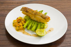 Bife Salmon com legumes misturados imagens de stock