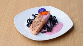 Bife Salmon com o molho de creme das beterrabas da massa da tinta do calamar que frita o tobiko das ovas dos peixes Fotografia de Stock