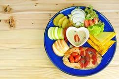 Bife Salmon com os pratos laterais na placa azul Imagens de Stock