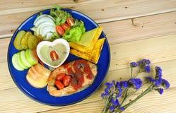 Bife Salmon com os pratos laterais na placa azul Fotografia de Stock