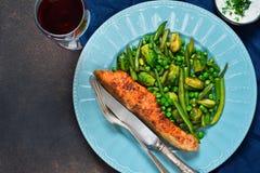 Bife salmon cozido com aspargo, couve-de-bruxelas fotos de stock