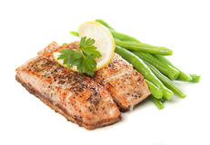 Bife salmon e vegetais grelhados Fotos de Stock Royalty Free