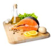 Bife salmon fresco na mesa de cozimento de madeira Fotos de Stock