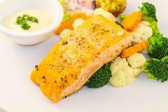 Bife salmon fritado com vegetais Fotos de Stock
